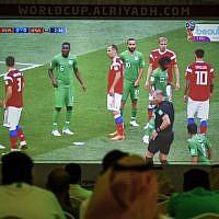 Des supporters saoudiens regardent le premier mach du Mondial 2018, qui oppose l'Arabie saoudite à la Russie, dans une tente regroupant des fans, à Ryad, le 15 juin 2018. (Crédit : AFP / Fayez Nureldine)