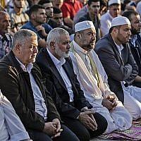 Le leader du Hamas Ismael Haniyeh (3e-G) assiste aux prières du matin pendant la première journée des célébrations de l'Aïd el-Fitr, à la frontière entre Israël et Gaza, à l'est de la ville de Gaza, le 15 juin 2018. (AFP PHOTO / MAHMUD HAMS)