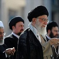 L'ayatollah Ali Khamenei (à droite) dirigeant les prières de l'Aïd el-Fitr à la grande mosquée de l'Imam Khomeini dans la capitale Téhéran le 15 juin 2018.(AFP PHOTO / Site Web du Guide suprême iranien / Autorisation)