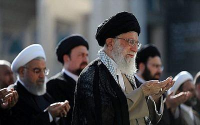 L'ayatollah Ali Khamenei (à droite) dirigeant les prières de l'Aïd el-Fitr à la grande mosquée de l'Imam Khomeini dans la capitale Téhéran le 15 juin 2018. (Crédit : AFP PHOTO / Site Web du Guide suprême iranien / Autorisation)