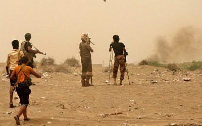 Des forces progouvernementales yéménites se rassemblent au sud de l'aéroport d'Hodeida, le 15 juin 2018. (Crédit : AFP)
