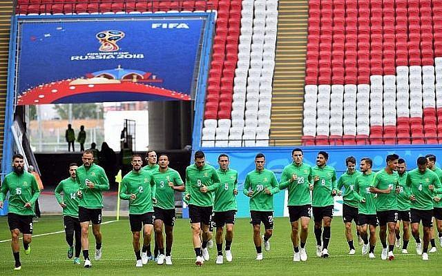 Les joueurs de l'équipe nationale de football australienne lors d'un entraînement au stade de Kazan à Kazan, en Russie, à la veille de leur rencontre avec la France, le 15 juin 2018 (Crédit :  AFP Photo/Saeed Khan)