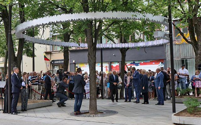 La présidente lituanienne Dalia Grybauskaite, 2ème à droite, le roi des Pays-Bas Willem-Alexander, au centre, Rob Zwartendijk, 5ème à droite, son épouse Edith, 4ème à droite, et le maire de Kaunas Visvaldas Matijosaitis, à droite, dévoilent une installation en l'honneur du diplomate néerlandais Jan Zwartendijk, qui aurait sauvé plus de 2000 Juifs de la Shoah, le 15 juin 2018 à Kaunas, en Lituanie (Crédit : AFP Photo/Petras Malukas)