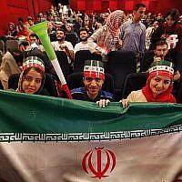 Les Iraniens regardent le match de Coupe du monde entre le Maroc et l'Iran au cinéma Azadi de Téhéran, le 15 juin 2018 (Crédit : AFP Photo/Atta Kenare)