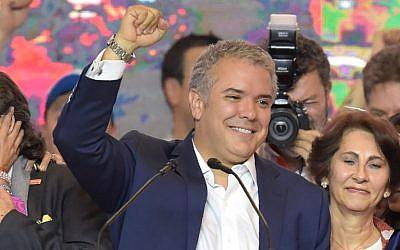 Le nouveau président colombien Ivan Duque fête sa victoire avec ses partisans à Bogota, le 17 juin 2018 (Crédit :  AFP/ Raul Arboleda)