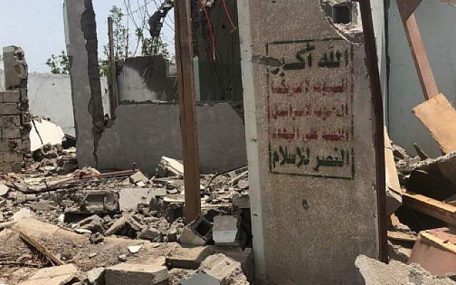 Une structure Houthis bombardée par la coalition saoudienne, dans la région de l'aéroport d'Hodeida, le 18 juin 2018. (Crédit :  AFP/ NABIL HASSAN)