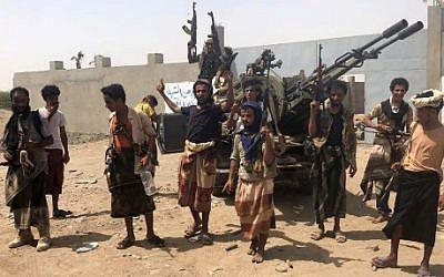 Les forces pro-gouvernementales yéménites soutenues par la coalition dirigée par l'Arabie saoudite contre les rebelles Houthis dans la région de l'aéroport d'Hodeida, le 18 juin 2018. (Crédit : AFP/NABIL HASSAN)