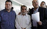 Hussein Dawabsha, au centre, le grand-père d'un enfant Palestinien qui a été grièvement blessé dans un incendie criminel, entouré des députés Ayman Odeh, et Ahmad Tibi, durant le procès des deux auteurs présumés de l'incendie, à lod, le 19 juin 2018. (Crédit : AFP/AHMAD GHARABLI)