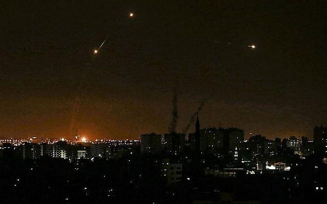 Trois missiles lancés par le Dôme de Fer, vus depuis Gaza City, le 20 juin 2018. (Crédit : AFP Photo/Mahmud Hams)