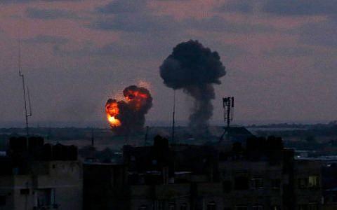 Une explosion vue depuis la ville de Rafah dans le sud de la bande de Gaza après une frappe aérienne des forces israéliennes en riposte aux attaques à la roquette des groupes terroristes palestiniens de l'enclave côtière, le 20 juin 2018 (Crédit : Said Khatib/AFP)