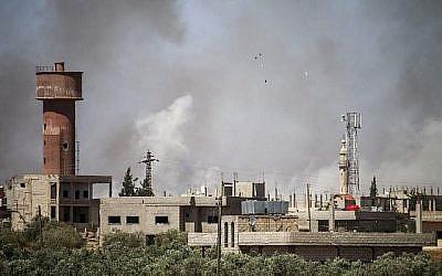 Panaches de fumée provenant des bombardements du régime sur la ville d'Al-Mulayhah al-Sharqiyah dans la campagne de la province orientale de Daraa dans le sud de la Syrie, 21 juin 2018. (Mohamad ABAZEED/AFP)