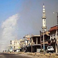 Des nuages de fumées après les bombardements du régime à al-Hirak, dans la province de Deraa, le 21 juin 2018. (Crédit : AFP / Mohamad ABAZEED)
