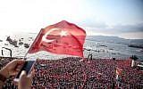 Des milliers de personnes étaient présentes au meeting électoral de Muharrem Ince, candidat du Parti républicain du peuple (CHP, social-démocrate) à Izmir, le 21 juin 2018. (Crédit : AFP / Ali EGE)