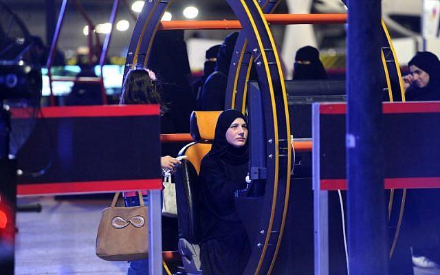 Une Saoudienne apprend à conduire dans un simulateur, à Ryad, le 21 juin 2018. (Crédit : AFP / FAYEZ NURELDINE)
