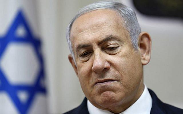 Le Premier ministre Benjamin Netanyahu assiste à la réunion hebdomadaire du cabinet de son bureau à Jérusalem le 24 juin 2018. (Crédit : AFP / Gali Tibbon)