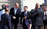 Prince William (g) est accueilli à l'aéroport militaire Marka d'Amman par le prince héritier jordanien Hussein bin Abdallah le 24 juin 2018. (Crédit ; AFP / KHALIL MAZRAAWI)