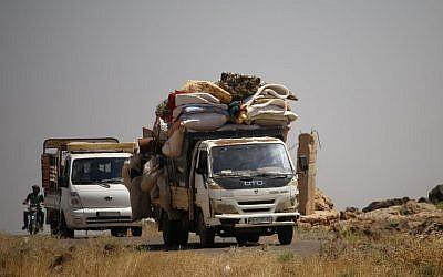 Des civils fuient pendant une frappe des forces du régime syrien, l'est de a province de Deraa, le 24 juin 2018. (AFP PHOTO / Mohamad ABAZEED)