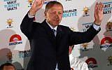 Le président turc Recep Tayyip Erdogan salue ses sympathisants à Ankara, après sa victoire au premier tour des éléctions présidentielles, le 25 juin 2018. (Crédit : Adem ALTAN / AFP)