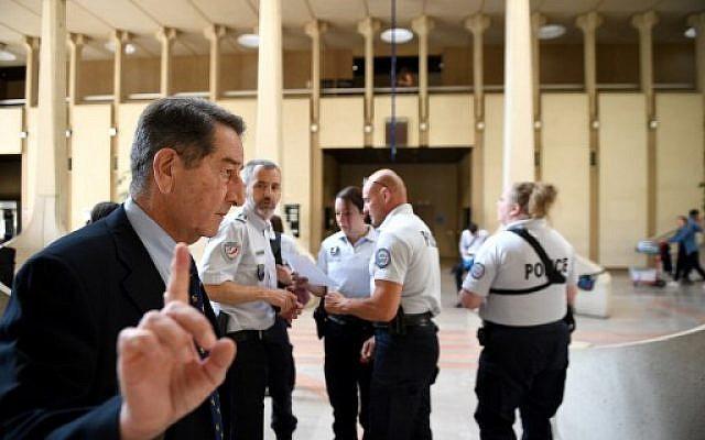 Le père de Jonathan, l'une des victimes d'un acte antisémite en 2014, à Créteil, au premier jour du procès de ses agresseurs, à la Cour d'Assises de Créteil, le 26 juin 2018. (Crédit : AFP/Eric FEFERBERG)
