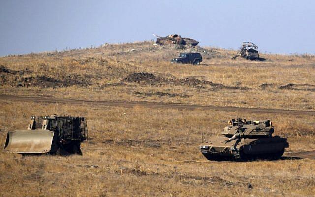 Des véhicules blindés israéliens sont vus lors d'un exercice militaire sur le plateau du Golan, près de la frontière syrienne, le 26 juin 2018. (AFP PHOTO / JALAA MAREY)