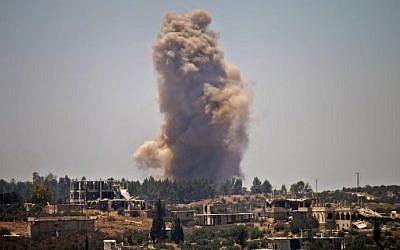 De la fumée émane de zones attribuées à l'opposition, après des frappes du régime, dans la province de Deraa, en Syrie, le 27 juin 2018. (Crédit :AFP / Mohamad ABAZEED)