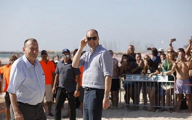 Le prince William,et le maire de Tel Aviv Ron Huldai, sur une plage de Tel Aviv, le 26 juin 2018. (Crédit : Menahem KAHANA/AFP)