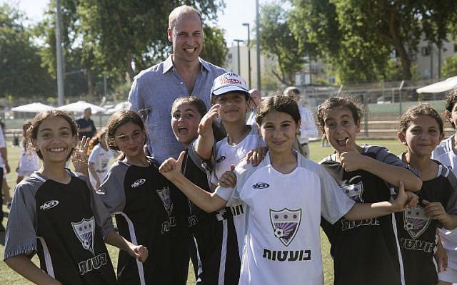 Le prince William avec des jeunes juifs et et arabes lors d'un match de foot au stade Neve Golan, à  Jaffa, le 26 juin 2018. (Crédit : AFP / POOL / Heidi Levine)