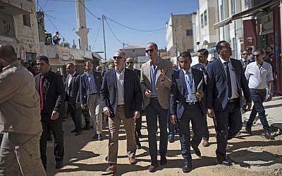 Le Prince William de Grande-Bretagne dans la ville de Ramallah, en Cisjordanie, le 27 juin 2018. (Crédit : AFP / Ahmad GHARABLI)