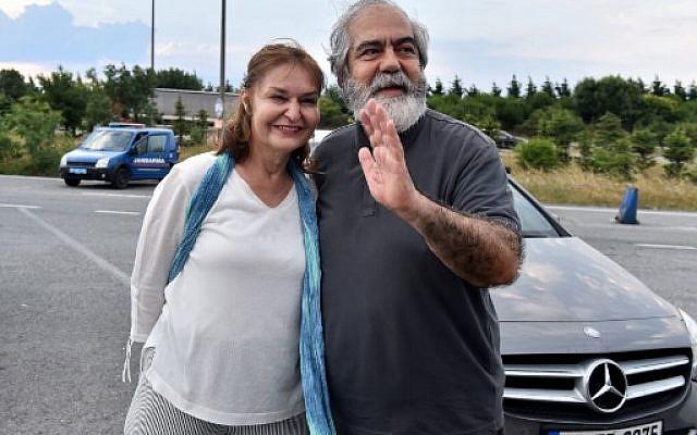 Le journaliste turc Mehmet Altan avec sa femme Umit Altan à sa libération de prison, à Istanbul, le 27 juin 2018 (Crédit : AFP/ DOGAN NEWS AGENCY / Ibrahim MASE / Turkey OUT=