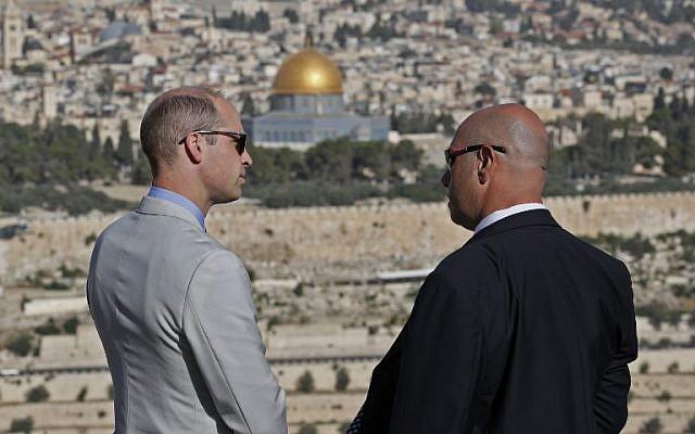 Le prince William avec un guide, au mont des Oliviers, avec vue sur la Vieille Ville de Jérusalem, le 28 juin 2018 (Crédit : AFP / POOL / Thomas COEX)