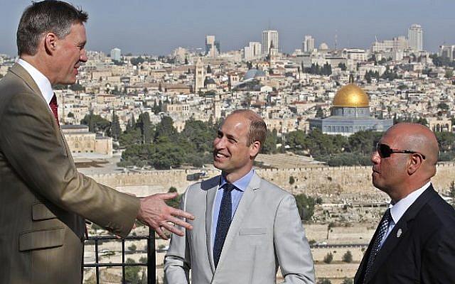 Le prince William et le consul général britannique à Jerusalem Phillip Hall, avec un guide, au mont des Oliviers, avec vue sur la Vieille Ville de Jérusalem, le 28 juin 2018 (Crédit : AFP / POOL / Thomas COEX)