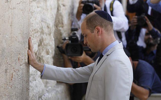 Le prince William au mur Occidental, dans la Vieille Ville de Jérusalem, le 28 juin 2018. (Crédit : AFP / Menahem KAHANA)