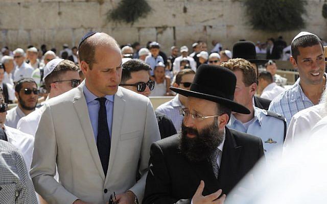 Le prince William avec le rabbin Shmuel Rabinovitch au mur Occidental, dans la Vieille Ville de Jérusalem, le 28 juin 2018. (Crédit : AFP / Menahem KAHANA)
