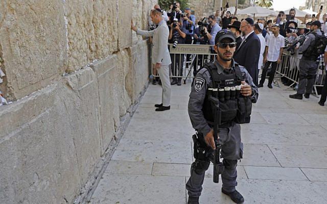 Un policier israélien au mur Occidental pendant la visite du prince William, dans la Vieille Ville de Jérusalem, le 28 juin 2018. (Crédit : AFP / Menahem KAHANA)