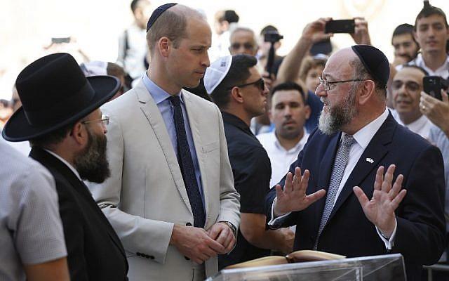 Le prince William en compagnie du grand-rabbin britannique Ephraim Mirvis et durabbin du mur Occidental Shmuel Rabinovitch pendant la visite du prince William, dans la Vieille Ville de Jérusalem, le 28 juin 2018. (Crédit : AFP / POOL / ABIR SULTAN)