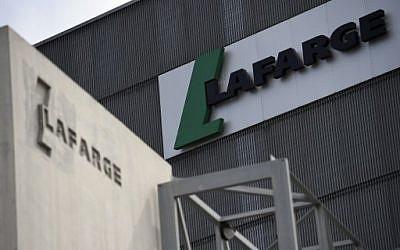 Une usine du cimentier Lafarge, accusée de financer des groupes jihadistes pour maintenir son activité en Syrie. (Crédit : AFP / FRANCK FIFE)