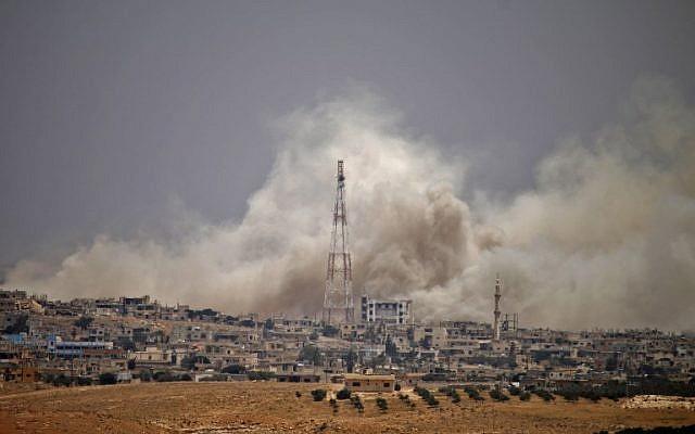 De la fumée s'élève au-dessus des zones tenues par l'opposition de la ville de Daraa pendant les frappes aériennes des forces du régime syrien le 28 juin 2018. (AFP PHOTO / Mohamad ABAZEED)