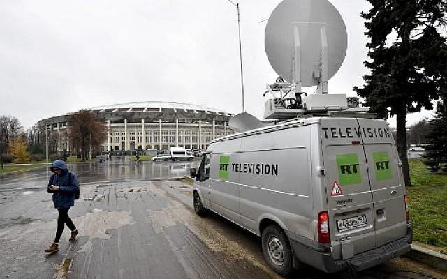 Photo pris le 11 novembre 2017 : un véhicule de radiodiffusion de la chaîne RT, devant un stade pendant un match Argentine-Russie, à Moscou. (Crédit : AFP / Kirill KUDRYAVTSEV)