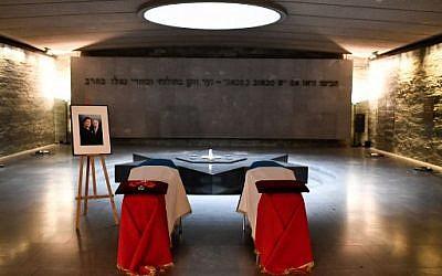 Les cercueils d'Antoine et Simone Veil, dans la crypte du Mémorial de la Shoah, avant leur transfert au Panthéon, le 29 juin 2018. (Crédit : AFP/ STEPHANE DE SAKUTIN)