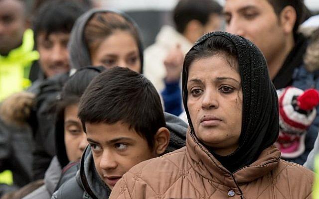 Illustration : Des demandeurs d'asile musulmans attendent leur inscription après être arrivés dans un centre de réfugiés à Glessen, en Allemagne, le 2 décembre 2015 (Crédit : AFP/DPA/Boris Roessler)