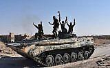 Les forces du gouvernement syrien se réjouissent dans la ville de l'est de la Syrie de  Deir Ezzor alors qu'ils continuent à avancer avec l'aide des avions russes dans l'offensive contre l'Etat islamique, le 11 septembre 2017 (Crédit : AFP Photo/George Ourfalian)