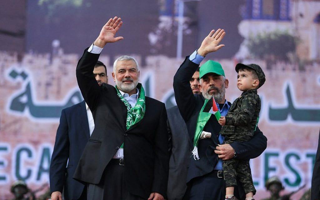 Le leader du Hamas Ismail Haniyeh (G) et le leader du Hamas dans la bande de Gaza Yahya Sinwar lors d'un rassemblement marquant le 30e anniversaire de la fondation de l'organisation terroriste islamiste, dans la ville de Gaza, le 14 décembre 2017. (Mohammed Abed/AFP)