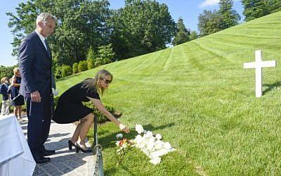 Robert F. Kennedy, Junior et sa femme Cheryl Hines déposent une gerbe de fleurs sur la tombe de Robert F. Kennedy, à Arlington, en Virginie, le 6 juin 2018. (Crédit :Leigh Vogel/Getty Images for RFK Human Rights/AFP)