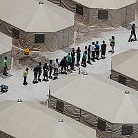 De enfants et des ouvriers dans un camp près du port d'entrée de Tornillo, au Texas, le 19 juin 2018. (Crédit : Joe Raedle/Getty Images/AFP)