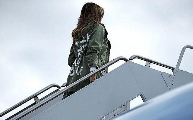 La Première Dame américaine Melania Trump embarque sur Air Force pour aller rendre visite aux enfants des familles de migrants à la frontière du Mexique, le 21 juin 2018. (Crédit : Chip Somodevilla/Getty Images/AFP)