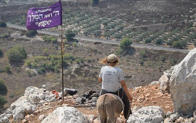 """lllustration : Un membre des """"Jeunes des Collines"""" sur un âne dans un avant-poste illégal du nord de la Cisjordanie. (Crédit : Zman Emet, Kan 11)"""