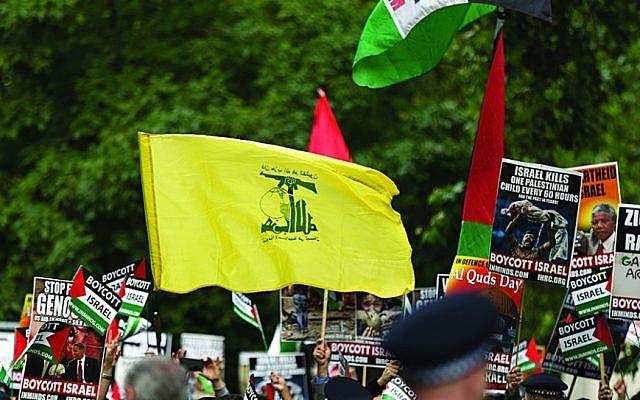 Illustration: AUn drapeau du Hezbollah lors d'un défilé de la Journée de Jérusalem à Londres (Crédit : Steve Winston/via Jewish News)