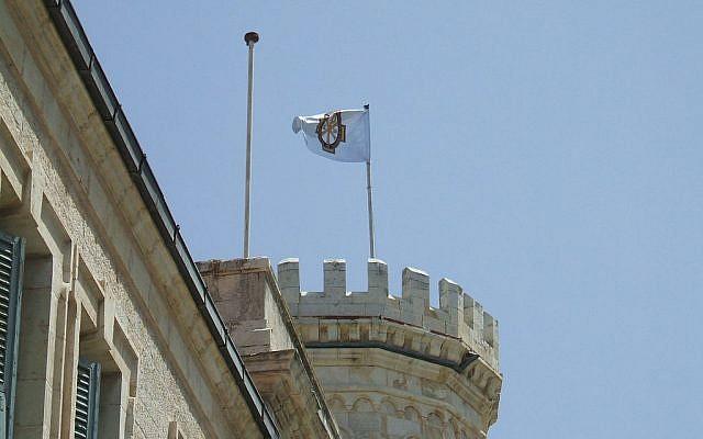 Un drapeau russe flotte au-dessus d ela mission russe de Jérusalem (Crédit : Domaine public)