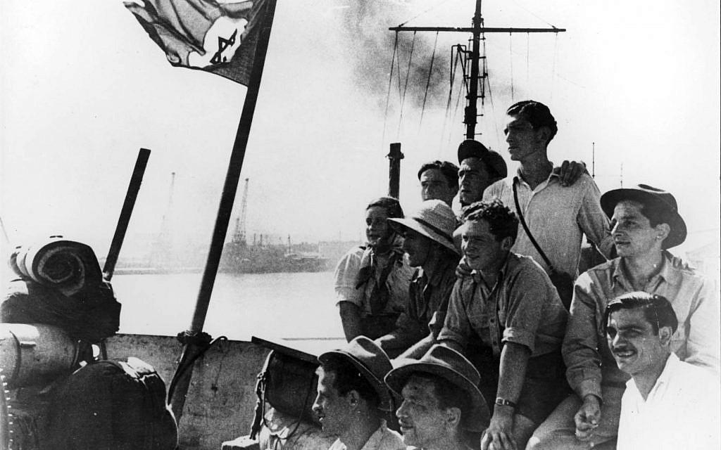 Des immigrants clandestins sur le pont du  Pan York le jour de l'arrivée en Israël, le 14 août 1948 (Crédit :  Yad Vashem Archives)