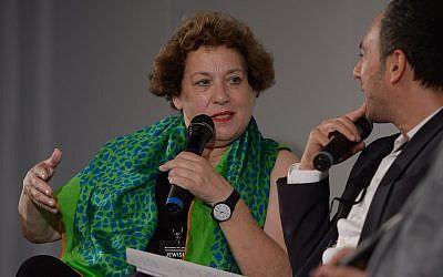 Nicola Galliner interogée sur scène par le publicitaire Sergey Lagodinsky lorts de la journée de la culture juive de Berlin, le 1er août 2015 (Crédit :  CC BY-SA 2.0 Heinrich-Böll-Stiftung/Flikr)
